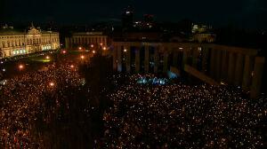"""""""Stajemy w łańcuchu czystych intencji"""". Tysiące świec na placu Krasińskich"""