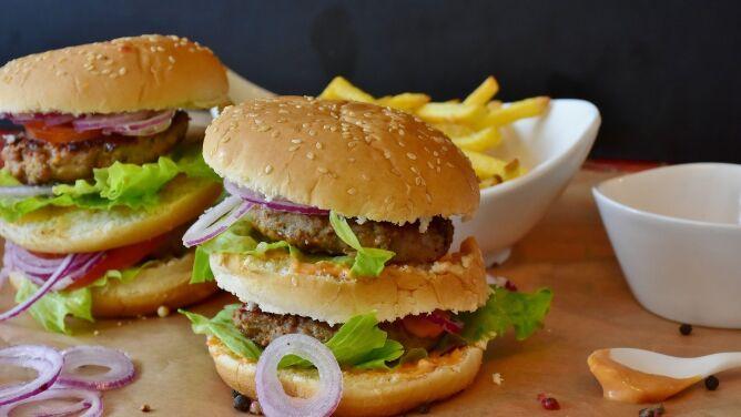 Śmieciowe jedzenie może przyczyniać się do wzrostu alergii pokarmowych