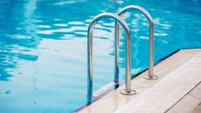 Koronawirus w Polsce. Czy przez wodę w basenie można zakazić się SARS-CoV-2?