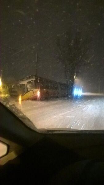 Przewrócony autobus w Górze Kalwarii (Kontakt 24/Mariusz)