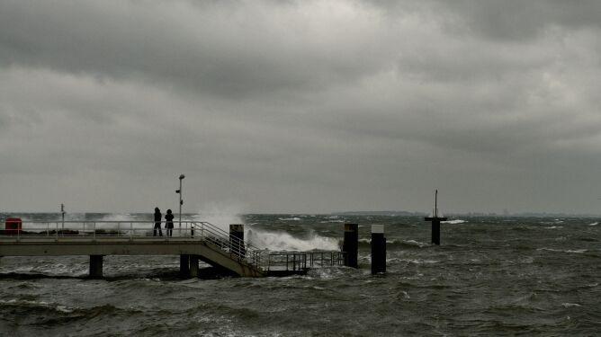 Nad Bałtykiem wciąż silnie wieje. Ostrzeżenia